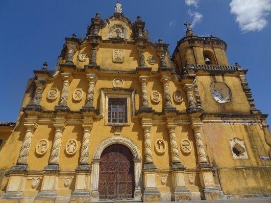 L'église de la Recoleccciona retrouvé le jaune de sa façade dans la ville de Leon au Nicaragua photo blog voyage tour du monde travel https://yoytourdumonde.fr