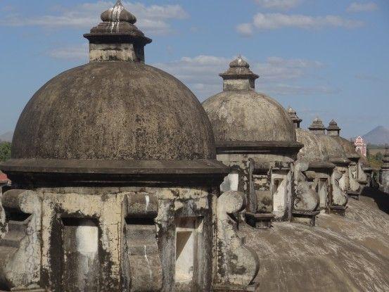 Sur le toit de la cathédrale de Leon au Nicaragua photo blog voyage tour du monde https://yoytourdumonde.fr