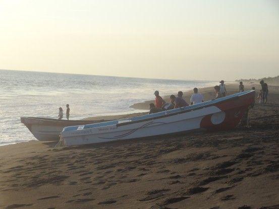 Les marins quittent la plage de Monterrico au Guatemala sous le regard de leurs familles photo blog voyage tour du monde travel https://yoytourdumonde.fr