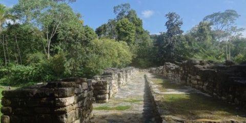 Ancienne cité d'Antigua au Guatemala près de Sayaxché qui se trouve dans la jungle photo blog voyage tour du monde https://yoytourdumonde.fr