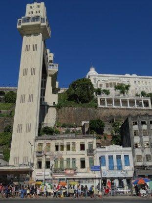 L'ascenseur pour relier la ville haute et la ville basse à Salvador de Bahia au Brésil photo blog voyage tour du monde travel https://yoytourdumonde.fr