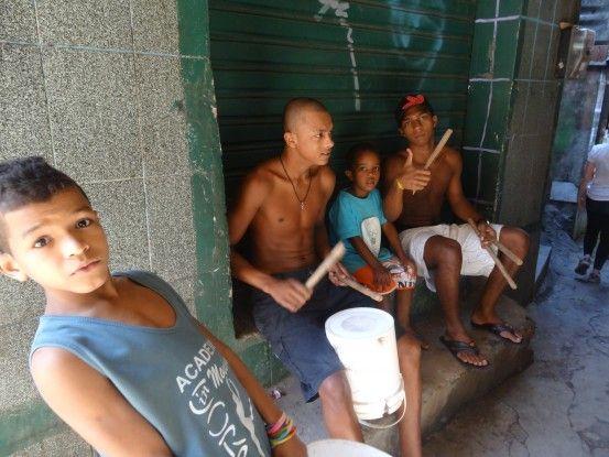 Concert de musique dans une favela de Rio de Janeiro photo blog voyage tour du monde travel http://yoytourdumonde.fr