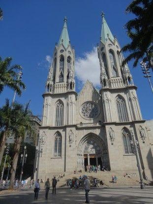 Extérieur de la cathédrale de Sé à Sao Paulo au Brésil photo blog voyage tour du monde travel https://yoytourdumonde.fr