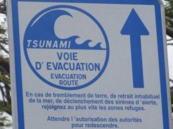 Nouvelle-Caledonie: Panneau à Hienghène, attention tsunami possible!