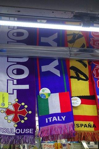 Bresil- Sao Paulo: Grosse surprise en marchant, je tombe sur des echarpes e foot...Italie, Espagne et et une du TOULOUSEW FOOTBALL CLUB!!! Et ils sont la les toulousains!!!! Et y sont la!!!!