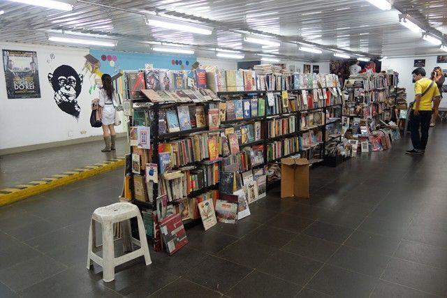 Bresil- Sao Paulo: Toujours sur la plan culturel, ici vous etes dans un tunel de metro!!! Et surprise il y a en pleine station...une bibliotheque. Sympa, non?