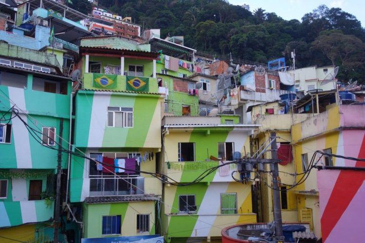 """Bresil- Rio de Janeiro: Photo de la favela de Santa Marta. C'est ici que se trouve une statue de Mickael Jackson. Ce dernier a tourné ici meme le clip de """"They don't care about us"""" https://yoytourdumonde.fr"""