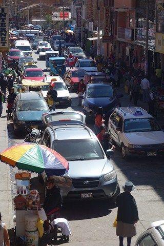 Peru-Huaraz: Il faut savoir que Pedro et tout ceux qui vendent des fruits un peu a la sauvette cela est interdit normalement. Pourquoi? Parce qu'il bloque la rue parfois et cela fait des bouchons dans le centre de Huaraz.