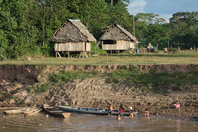 Pérou-Amazonie: Le bateau est le seul moyen de desservir des communautés indigenes et l'occasion de leurs apporter de la nourriture.