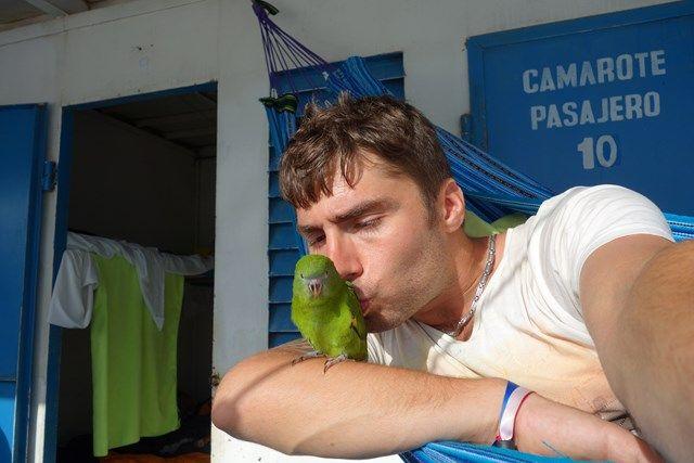 Voyage au Perou- Le bateau de la mort: En compagnie de la mascotte de notre petit groupe. Mr l'oiseau.