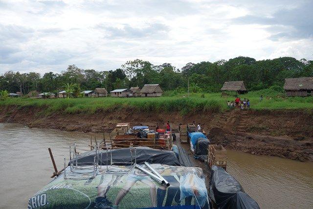 Voyage au Perou- Le bateau de la mort: Nous nous arretons plusieurs fois pour apporter des produits aux différentes communautés tels que nourriture, boisssons, glace, motos...