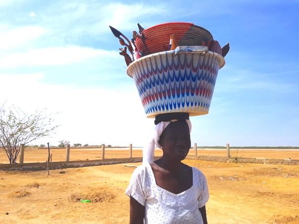 Une femme de Mar Lodj qui vends des produits locaux photo blog tour du monde https://yoytourdumonde.fr
