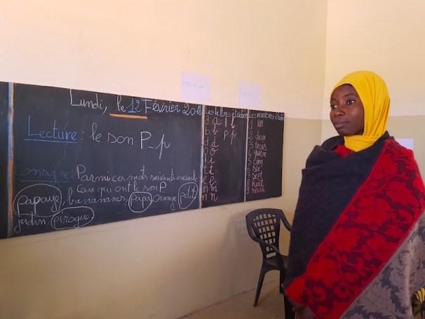 La passion de l'enseignante à l'école de Wandié photo blog voyage tour du monde https://yoytourdumonde.fr