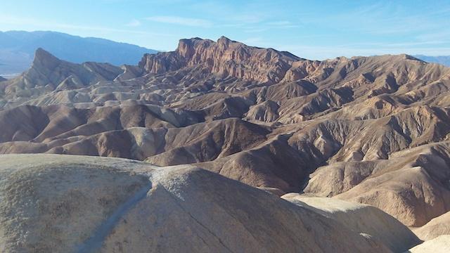 Le paysage lunaire de la Vallée de la mort aux USA. Voyage photo blog tour du monde https://yoytourdumonde.fr