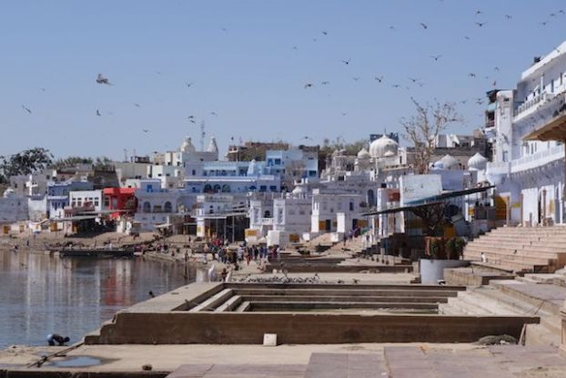 Pushkar dite la ville de Brahma est une vilel sainte avec son lac sacré et ces ghats que vous devez visiter attention arnaque à touriste photo voyage tour du monde https://yoytourdumonde.fr
