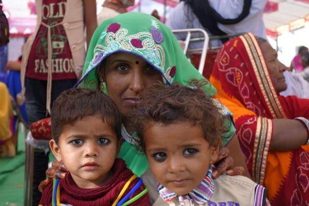 Les familles indiennes les plus pauvres partagent le mariage avec d'autres mariés pouv payer moins cher pour que la ceremonie coute le moins chers photo blog voyage tour du monde https://yoytourdumonde.fr