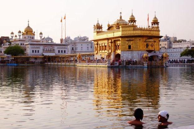 Les sikhs peuvent se baigner dans le bain sacré du Temple d'Or à Amritsar en Inde photo blog voyage tour du monde https://yoytourdumonde.fr