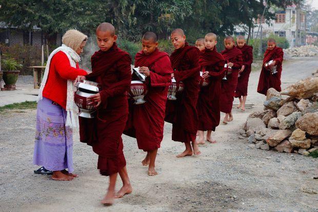 aumone-moines-bouddhistes-birmanie-myanmar-travelling-voyage