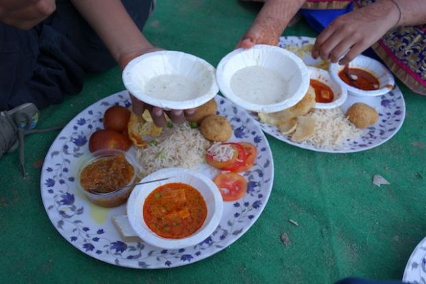 Repas lors d'un mariage en inde photo blog voyage tour du monde https://yoytourdumonde.fr