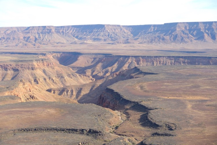 Vue d'en haut du Fish River Canyon en Namibie photo blog voyage tour du monde travel https://yoytourdumonde.fr
