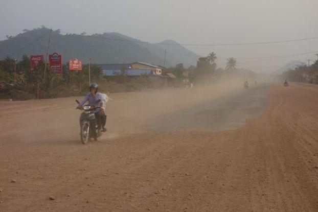 Entre goudron et terrain de terre la route entre kep et kampot est un peu compliquée. photo blog http://yottourdumonde.fr