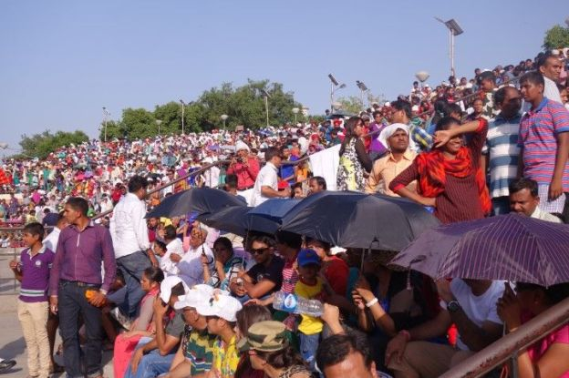 L'inde et le Pakistan ne sont pas réelement amis et lorsque la fontiere ferme une ceremonie a lieu pres d'Amritsar. Photo blog voyage tour du monde https://yoytourdumonde.fr