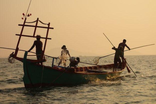 Cambodge - Kep: Il y a des dizaines de bateaux pour pouvoir pecher les meduses qui seront amené au Vietnam. Photo blog yohann tour du monde: https://yoytourdumonde.fr