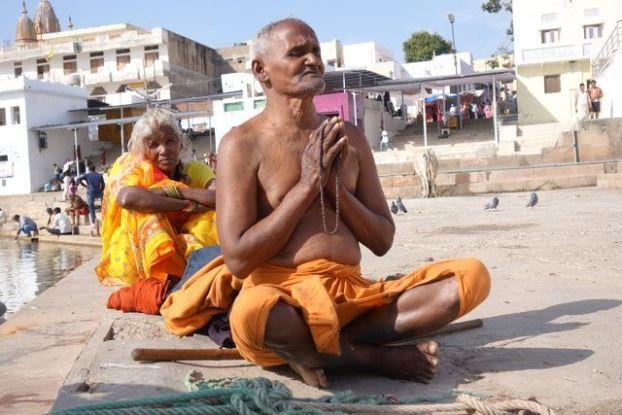 Un hindouiste entrain de prier du coté de Pushkar dans le nord de l'Inde. Photo blog: https://yoytourdumonde.fr