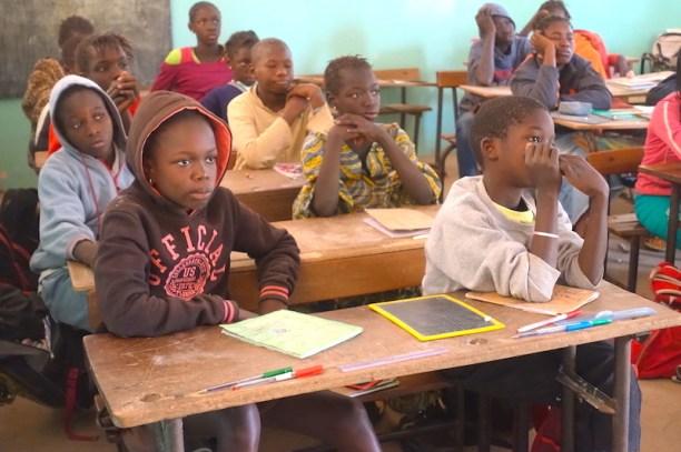 Les écoles se visitent sur l'Ile de Mar Lodj dans le Sine-Saloum au Sénégal photo blog voyage tour du monde https://yoytourdumonde.fr