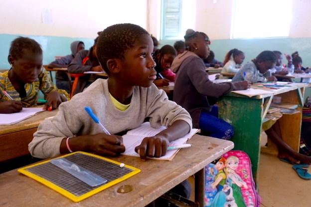 Un élève de l'école privée de Mar Lodj photo blog voyage tour du monde https://yoytourdumonde.fr