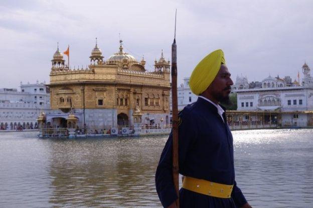 Le Temple d'or est gardé par des gardiens en Inde photos blog voyage tour du monde https://yoytourdumonde.fr