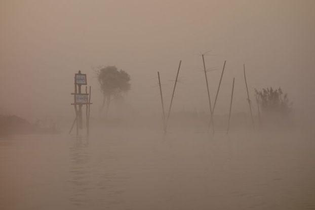 Le brouillard qui est present sur le chenal du lac inle en birmanie donne une impression etranger et pourtant le lac inle de l'unesco est une merveille absolue photo blog voyage tour du monde https://yoytourdumonde.fr