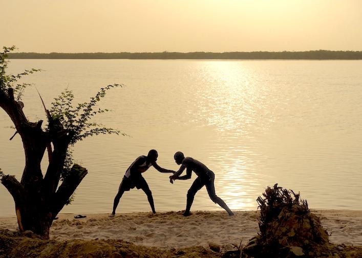 Des lutteurs à l'entrainement sur l'Ile de Mar Lodj photo blog voyage tour du monde http://yoytourdumonde.fr