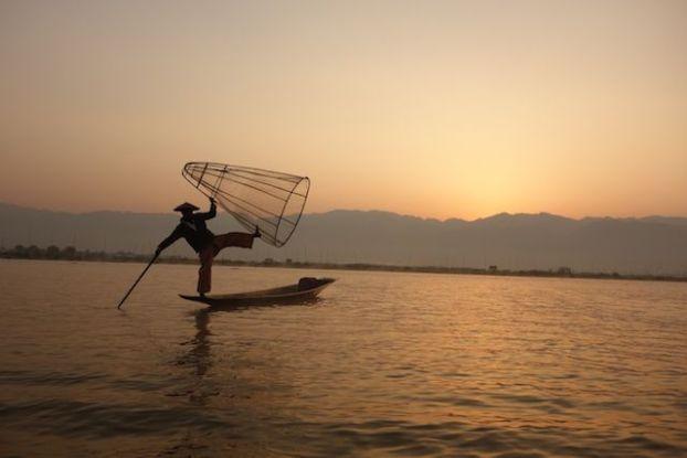 Le soleil se leve sur les montagnes du lac inle en birmanie au myanmar cela donne un coté feerique du lac photo blog voyage tour du monde https://yoytourdumonde.fr