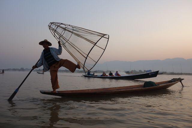 Certains touristes reprochent une perte d'authenticité du lac inle en birmanie avec des faux pecheurs present pour prendre la photo et les billets. photo blog voyage tour du monde https://yoytourdumonde.fr