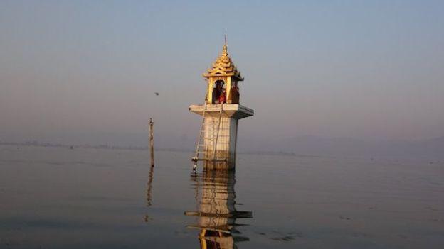 le bouddhisme est omnipresent en birmanie et autour du lac inle avec de nombreux temples et stupa photo blog voyage tour du monde https://yoytourdumonde.fr