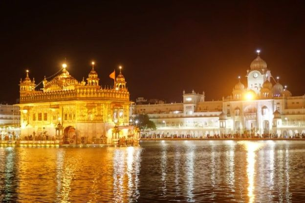 le Temple d'or ou Golden temple de nuit à Amritsar photo blog voyage tour du monde https://yoytourdumonde.fr