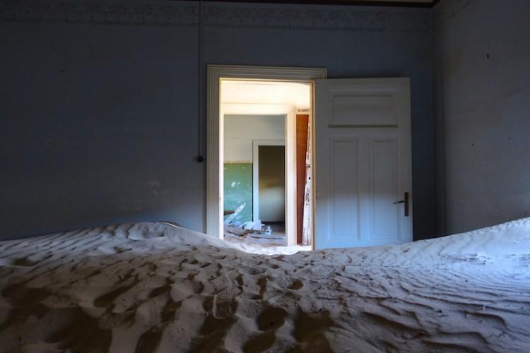 J'ai adoré visiter la ville fantôme de Kolmanskop en plein désert Namib photo blog voyage tour du monde travel https://yoytourdumonde.fr
