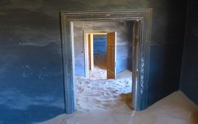N'hésitez pas à entrer dans les Kolmanskop Namibia picture https://yoytourdumonde.fr