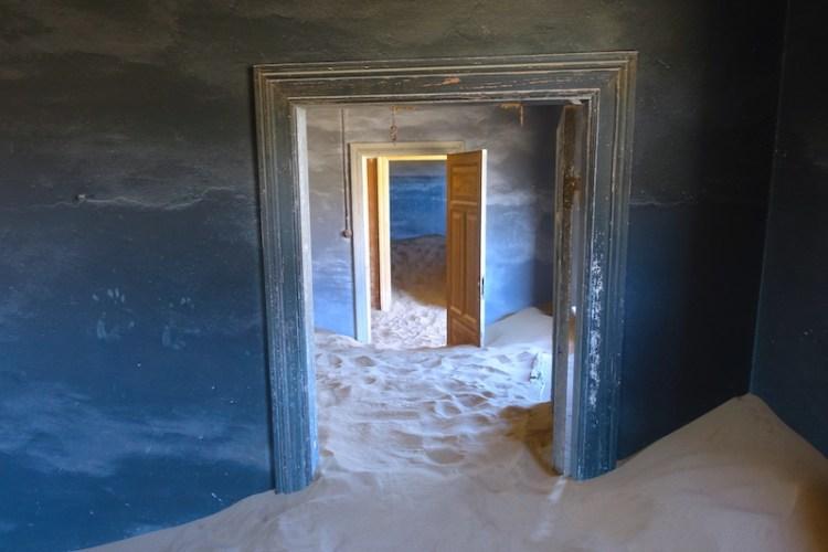 N'hésitez pas à entrer dans les maisons abandonnées de Kolmanskop ville fantôme dans le désert Namib en Namibie photo blog voyage travel tour du monde https://yoytourdumonde.fr