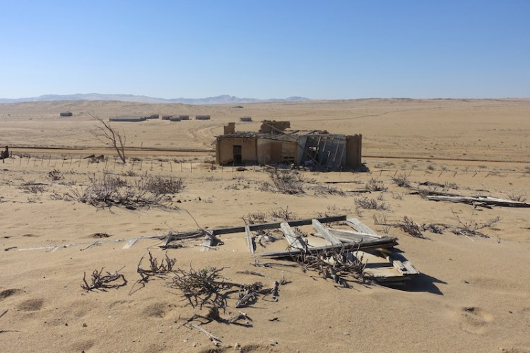 Ville fantôme et ville abandonnée de Kolmanskop dans le désert de Namibie photo blog voyage tour du monde travel https://yoytourdumonde.fr