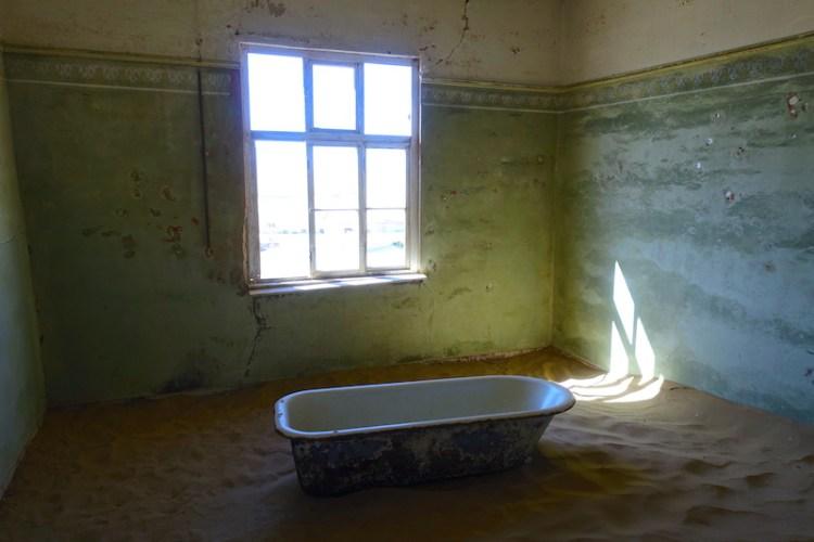 Une baignoire dans une maison abandonnée dans la ville fantôme de Kolmanskop photo blog voyage tour du monde travel https://yoytourdumonde.fr