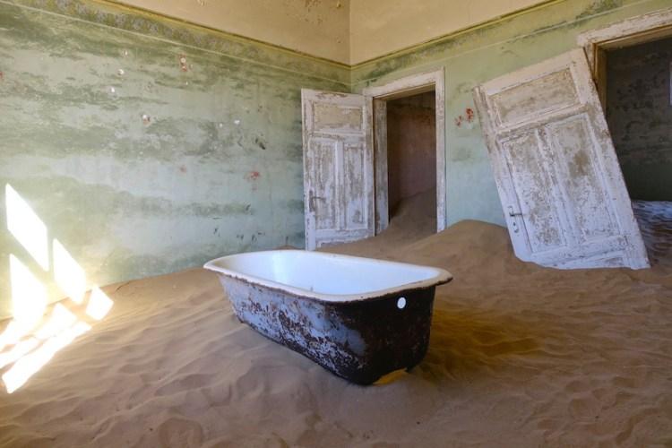 Une baignoire dans une maison abandonnée dans la ville fantôme de Kolmanskop en Namibie photo blog voyage tour du monde travel https://yoytourdumonde.fr