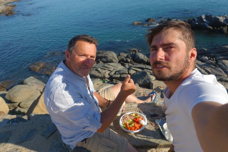 Papa et moi à Luderitz en Namibie photo blog voyage tour du monde travel https://yoytourdumonde.fr