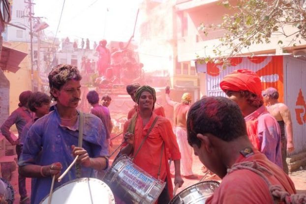 Les indiens de Pushkar participent à la fête des couleurs ou fête de Holi dans le nord de l'Inde. Photo blog https://yoytourdumonde.fr