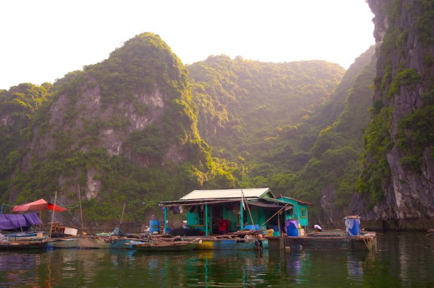 Baie d'Halong photo blog voyage tour du monde https://yoytourdumonde.fr
