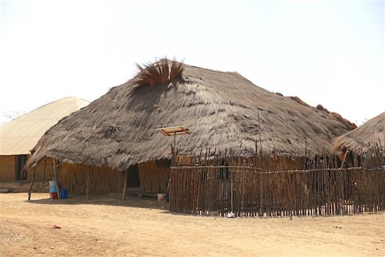 Plusieurs cases traditionnel vous attendez en Casamance phoot blog voyage tour du monde https://yoytourdumonde.fr