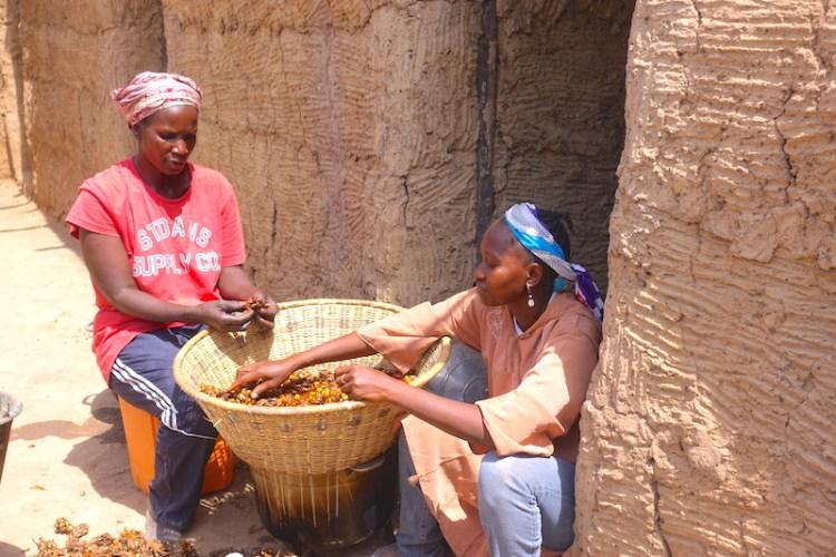 Des femme préparent le repas dans une case traditionnelle photo blog voyage tour du monde https://yoytourdumonde.fr