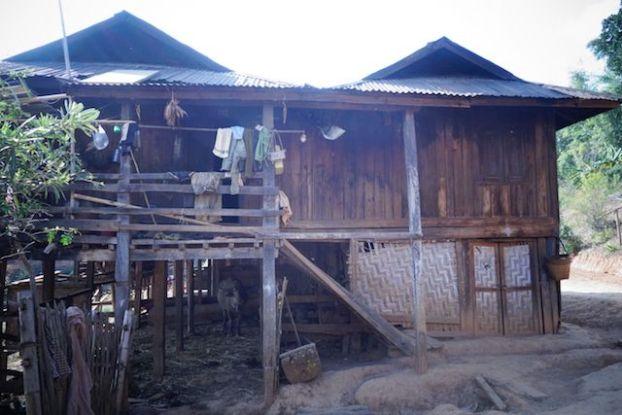 Birmanie photo maison avec un buffle au sous sol puis la famille photo blog voyage https://yoytourdumonde.fr