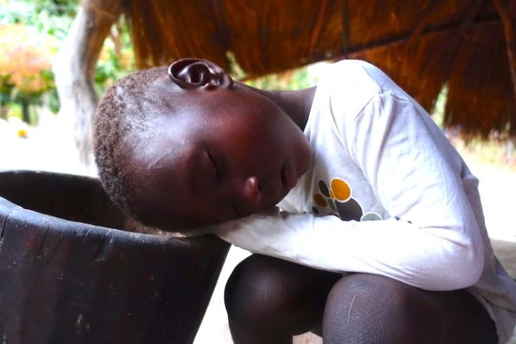 Un enfant fatigué par son jour d'ecole en Afrique à Kamobeul au Sénégal en Casamance photo blog voyage tour du monde https://yoytourdumonde.fr